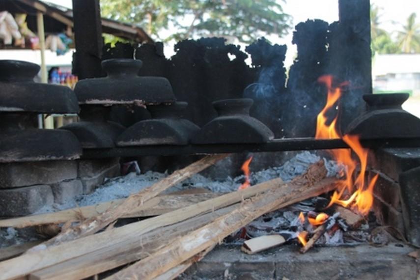 Proses pembakaran dange yang menggunakan kayu bakar