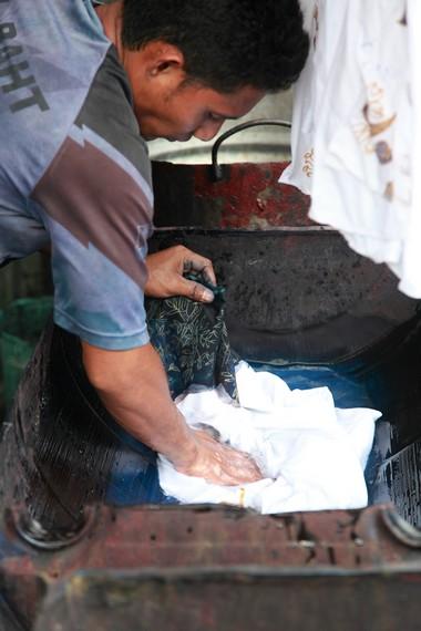 Proses pemberian acian kanji agar warna tidak mudah pudar dan kain bertahan lama