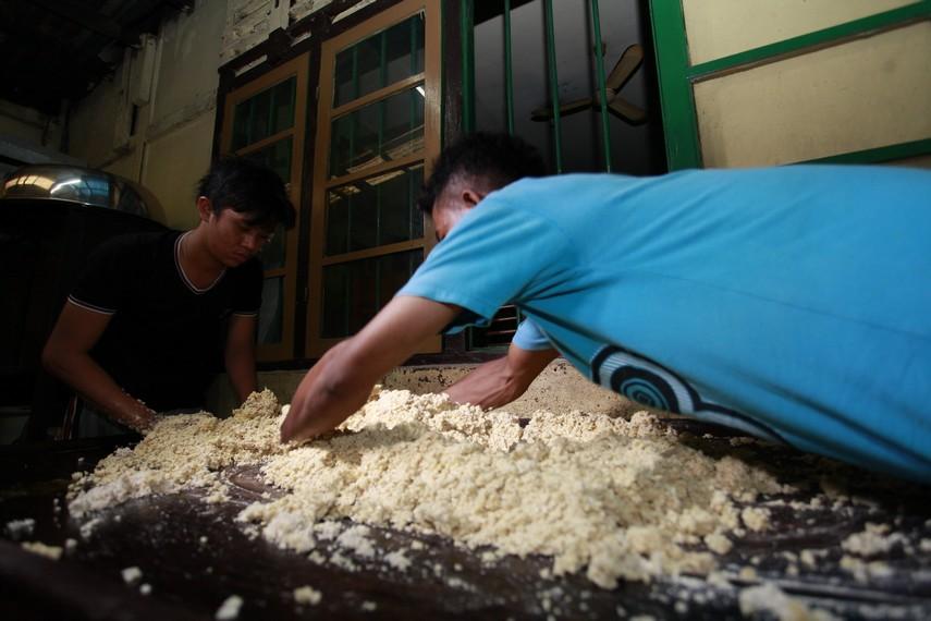 Proses pembuatan adonan Bagea Kenari