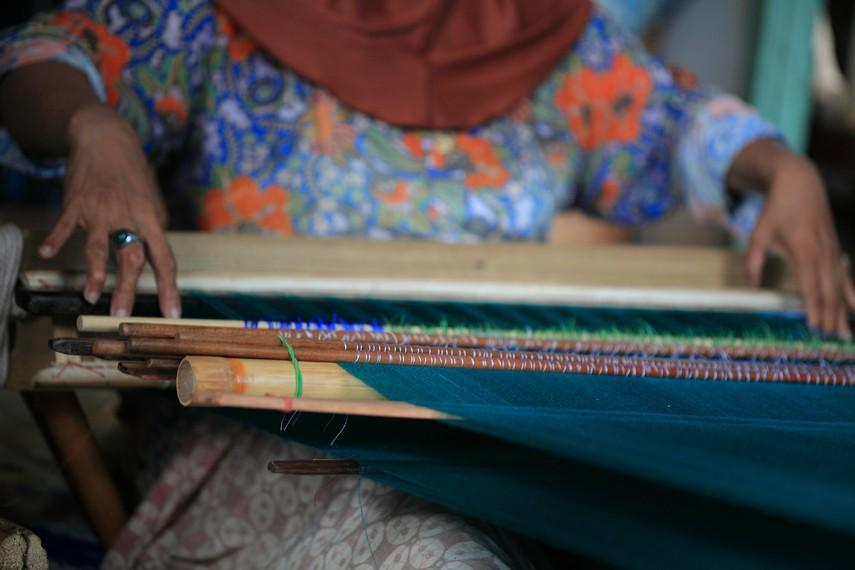 Proses penenunan yang dapat memakan waktu 1 minggu hingga satu bulan pengerjaan