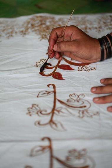 Proses pewarnaan pada batik Ternate