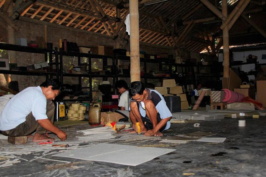 Proses produksi aneka kerajinan di Desa Wisata Tembi yang bisa disaksikan pengunjung
