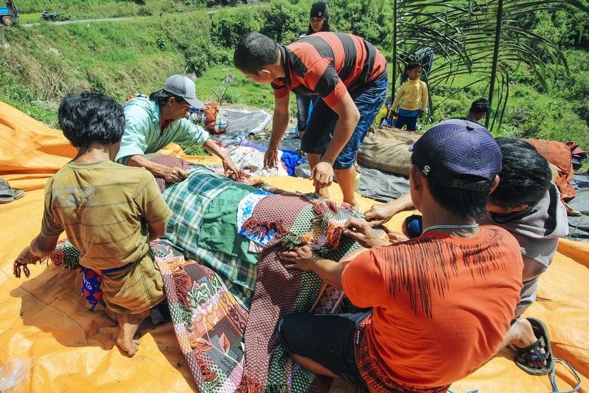 Prosesi dari ritual Ma'Nene dimulai dengan para anggota keluarga yang datang ke Patane untuk mengambil jasad dari anggota keluarga mereka yang telah meninggal