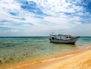 Bertandang ke Pulau Kembar di Perairan Makassar