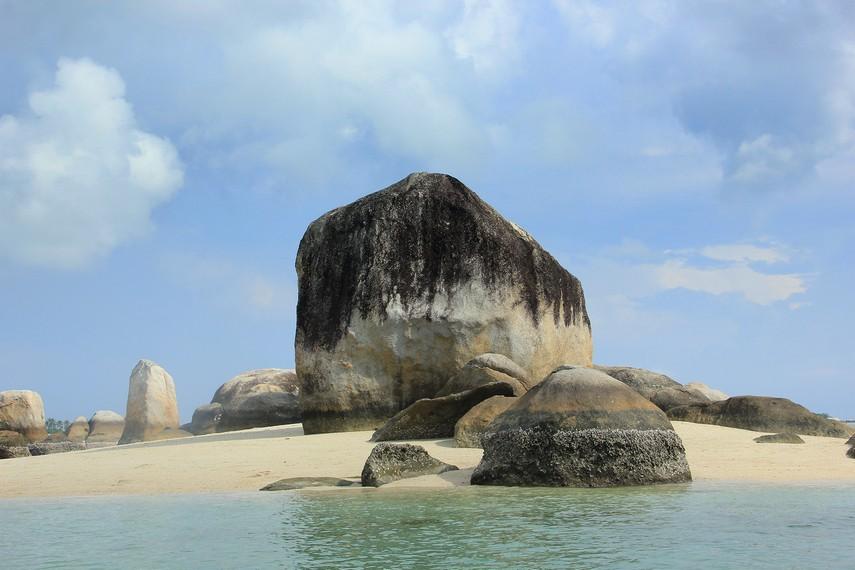 Pulau Batu Berlayar dapat ditempuh 15 menit menggunakan perahu sewaan nelayan dari Pantai Tanjung Kelayang Belitung