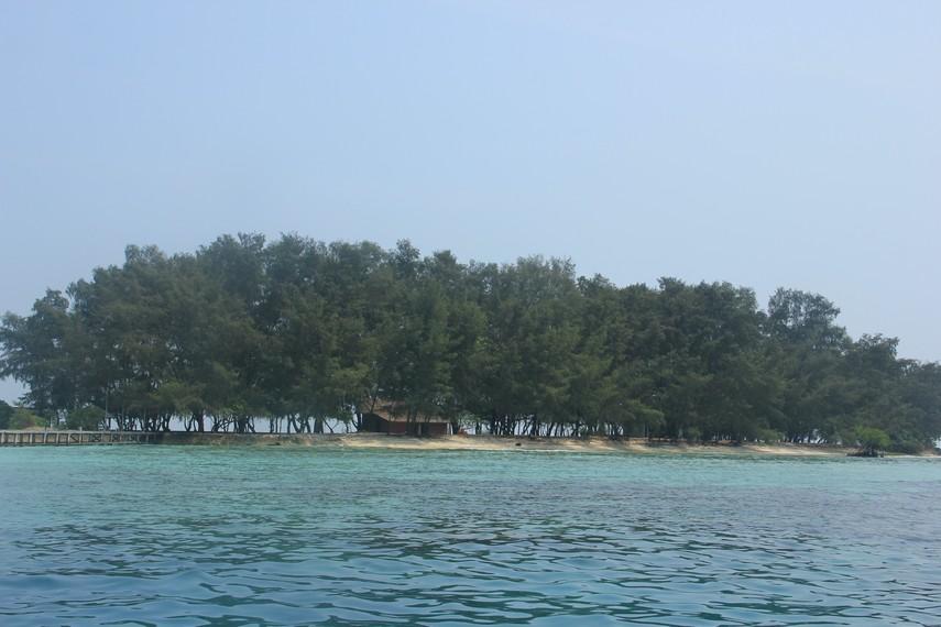 Pemandangan Pulau Bira Kecil yang dapat dilihat dari tengah laut