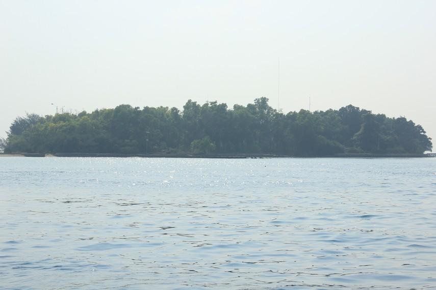 Hijaunya pepohonan Pulau Karya yang terlihat dari tengah laut