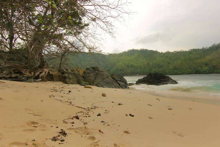 Pulau Kiluan menjadi terlihat asri karena berlatar bukit yang ditumbuhi pepohonan rindang