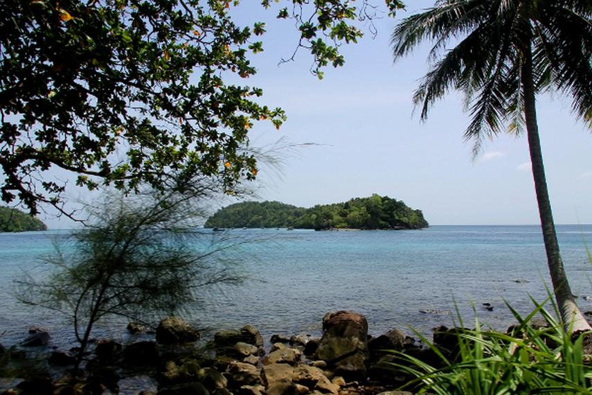 Pulau Rubiah terlihat dari perbukitan disekitar Pantai Iboih