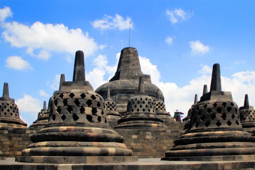 Puncak Candi Borobudur yang disekelilingnya terdapat stupa-stupa