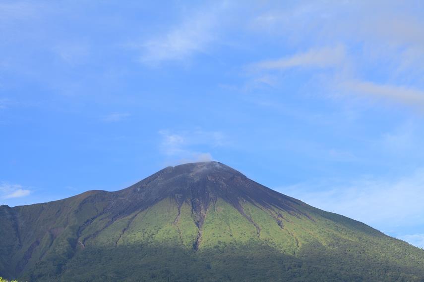 Puncak gunung Gamalama yang terlihat menghitam akibat letusan beberapa kali