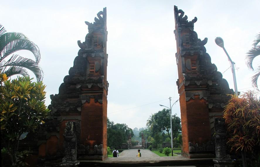 Pura Lingsar dibangun pada tahun 1759 oleh Raja Ketut Karangasem