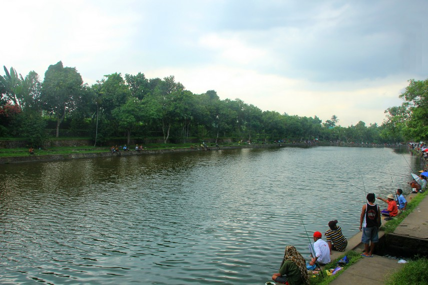 Pura Lingsar juga memiliki kolam pemancingan yang masih satu kawasan dengan pura