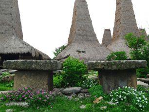 Sensasi Magis Kuburan Batu di Desa Adat Ratenggaro