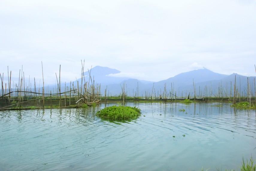 Rawa Pening, sebuah danau yang letaknya disisi jalan yang menghubungkan Bawen dan Salatiga