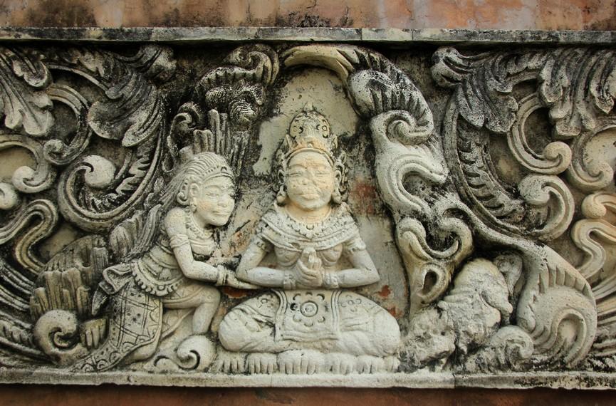 Relief di pura yang menceritakan salah satu kisah Ramayana
