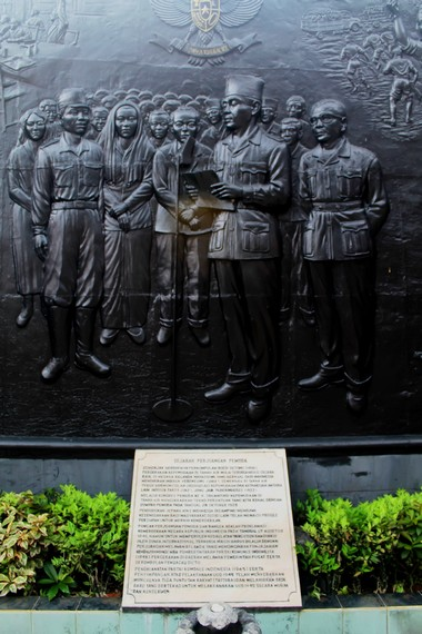 Relief persitiwa proklamasi kemerdakaan oleh Soekarno dan Hatta yang masuk dalam sejarah pergerakan para pemuda