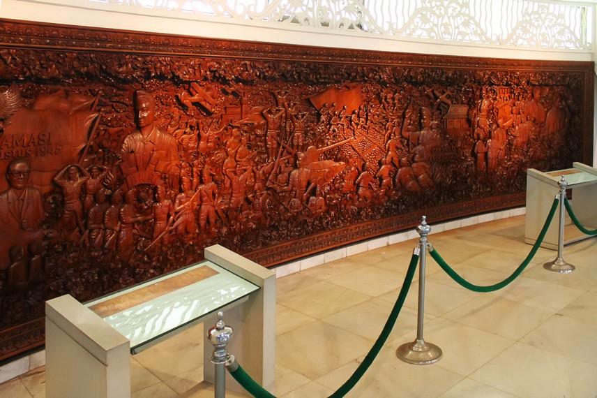 Relief yang menggambarkan perjuangan rakyat Indonesia menjadi salah satu bagian di Museum Purna Bakti Pertiwi