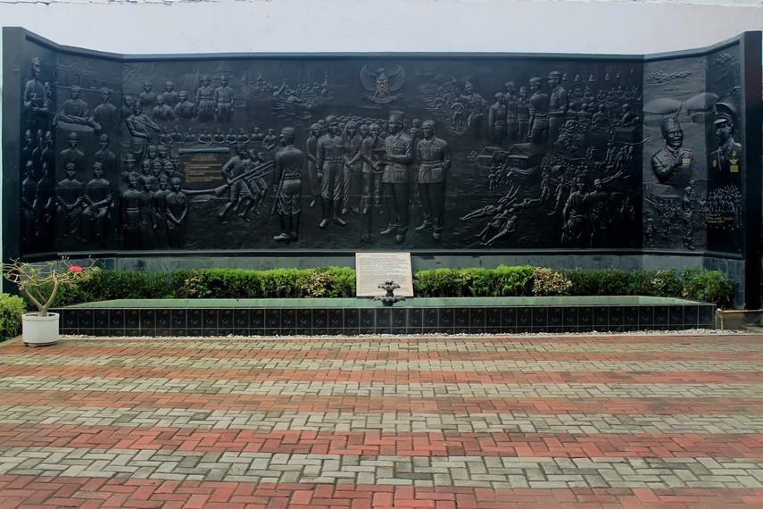 Relief yang menggambarkan potongan-potongan sejarah di Museum Sumpah Pemuda