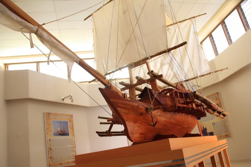Replika perahu layar milik Museum Ranggawarsita