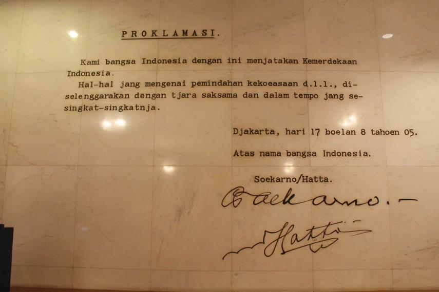 Replika teks proklamasi yang masih bisa Anda lihat di Museum Satria Mandala