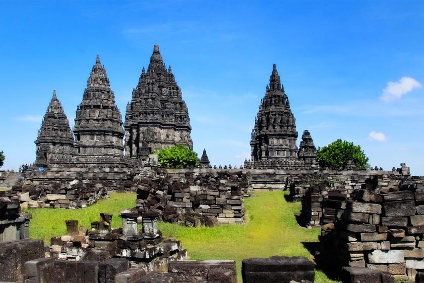 Reruntuhan batu candi menjadi pemandangan tersendiri di sekitar Candi Prambanan