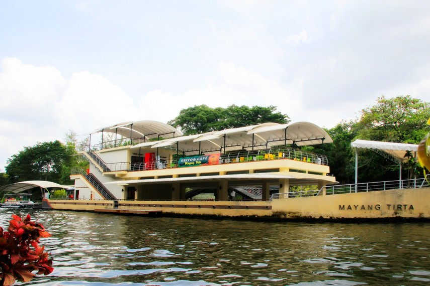 Resto dan Kafe Mayang Tirta tempat pengunjung istirahat sambil mencari makan