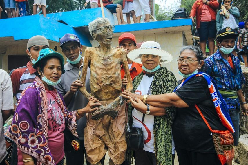 Ritual ini mempunyai makna yang lebih, yakni mencerminkan betapa pentingnya hubungan antar anggota keluarga bagi masyarakat Toraja
