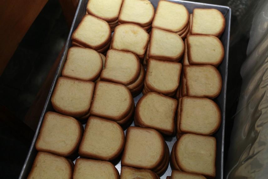Roti tawar yang sudah dipotong dan siap untuk dipanggang