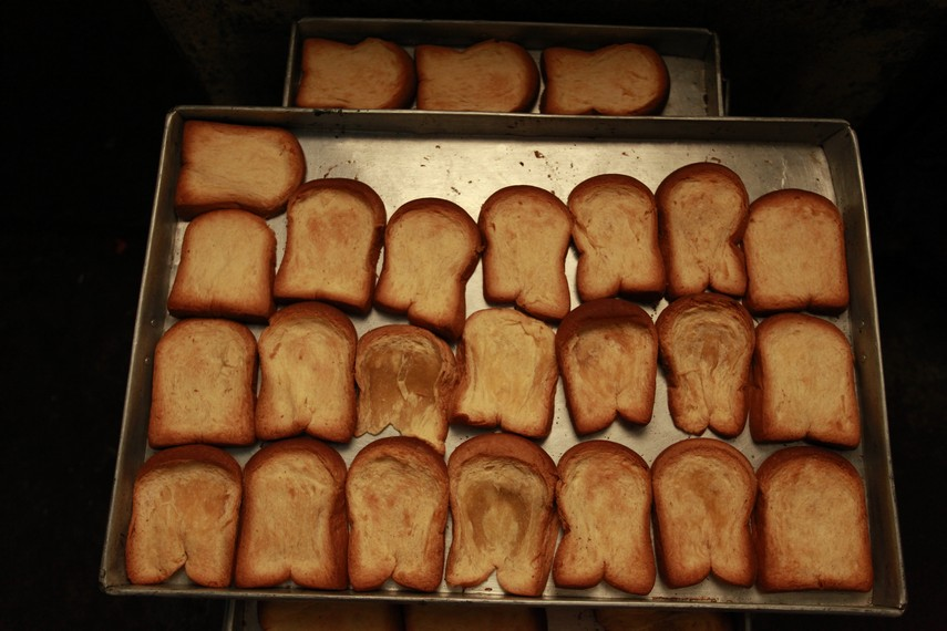 Roti tawar yang telah mengering dari panggangan