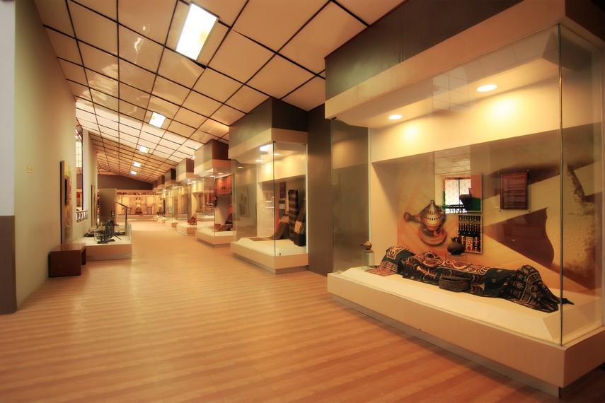 Ruang lantai 2 menyajikan berbagai koleksi adat peninggalan Suku Saibatin dan Pepadun