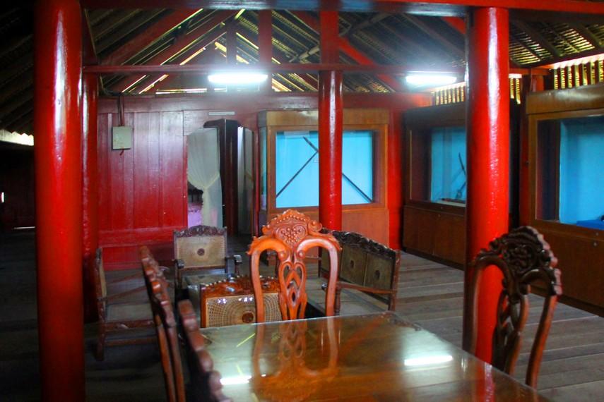 Ruang makan dan dapur di sisi belakang rumah, sekarang menjadi ruang display senjata tradisional dan surat bersejarah
