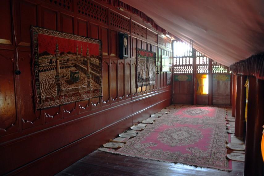 Ruang serambi depan dari Rumoh Aceh, biasa digunakan sebagai ruang keluarga atau untuk menerima tamu
