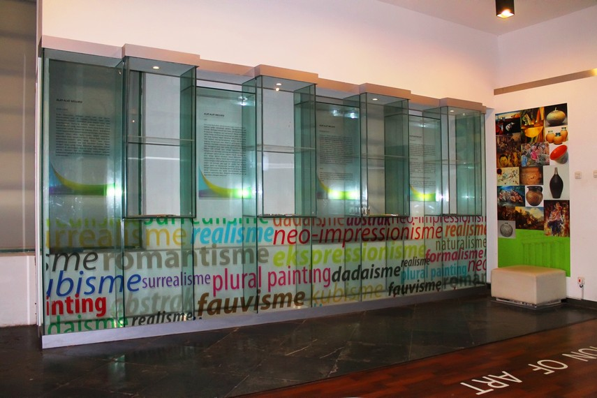 Ruangan Fine Art di Museum Seni Rupa dan Keramik menampilkan berbagai pengetahuan mengenai aliran dalam seni rupa