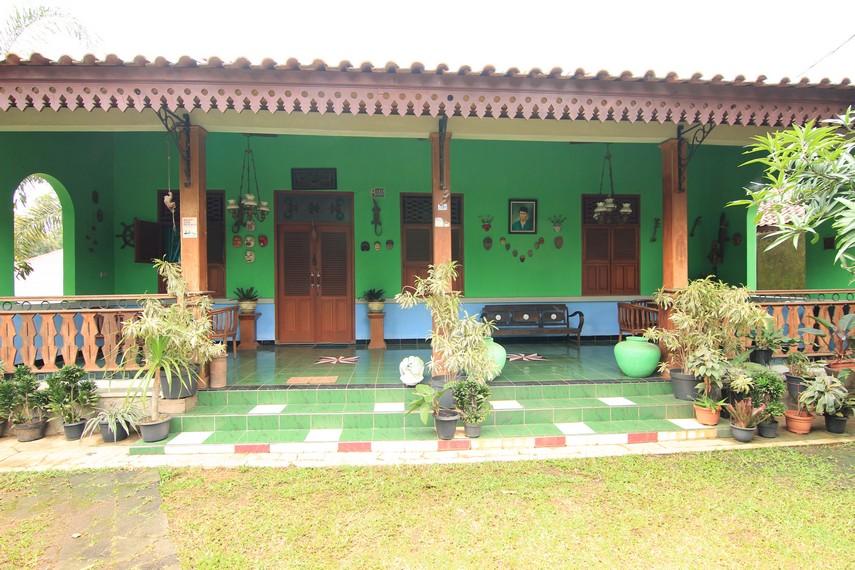 Rumah Betawi memiliki struktur rangka yang terbuat  dari kayu atau bambu sehingga terlihat artistik