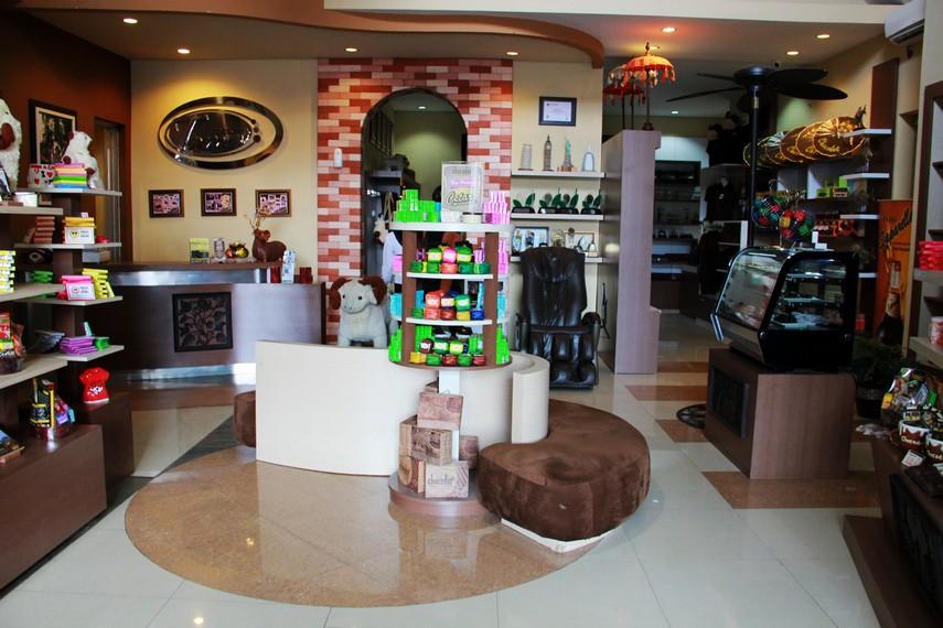 Rumah Gedong Coklat mengusung konsep tradisional yang menampilkan kesenian khas Garut