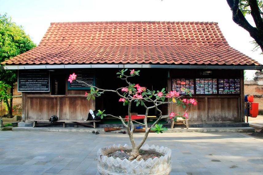 Rumah Tamu untuk para pengunjung di Situs Makam Raja-raja Mataram