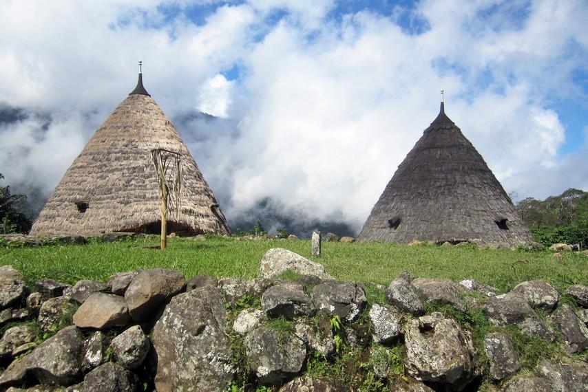Rumah adatnya berbentuk kerucut dan atapnya terbuat dari daun lontar