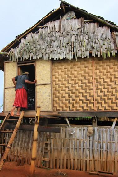 Rumah berbentuk panggung menjadi ciri khas rumah tradisional yang ada di Desa Tepal