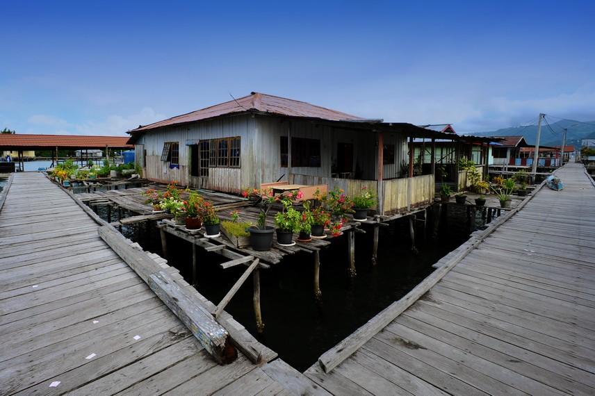 Rumah dan jalanan Desa Enggros yang berupa dermaga membuat desa ini sering disebut desa terapung