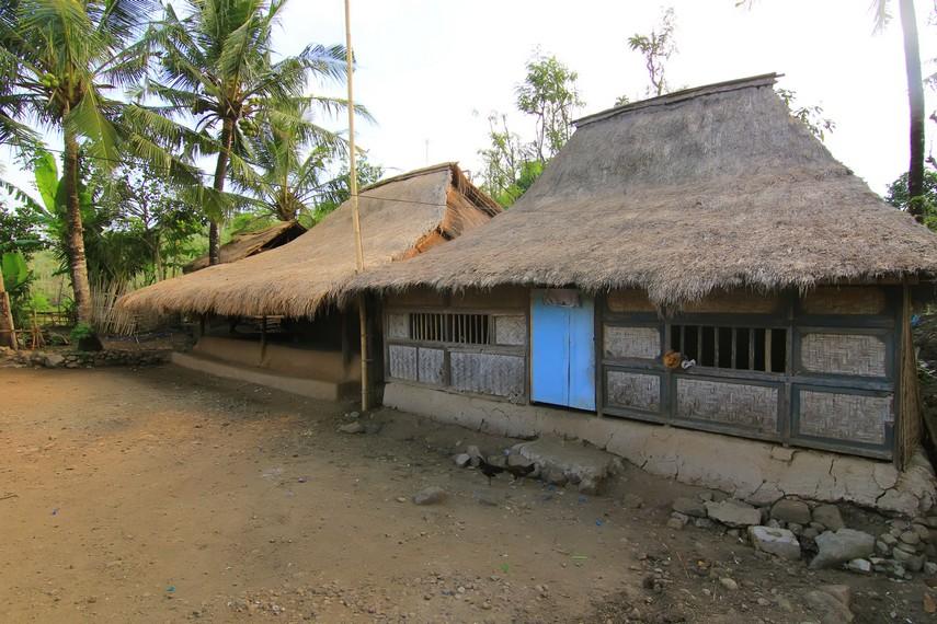 Rumah dibangun dengan menggunakan tanah liat dicampur dengan kotoran kerbau