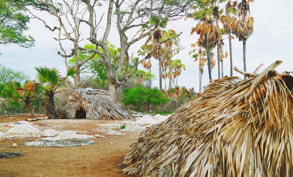 Rumah penambang batu yang terlihat di sekitar jalan menuju Pantai Kolbano