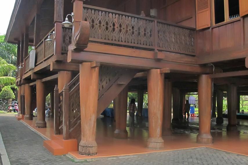 Rumah <i>sessat</i> Lampung yang berdiri di Taman Mini Indonesia Indah