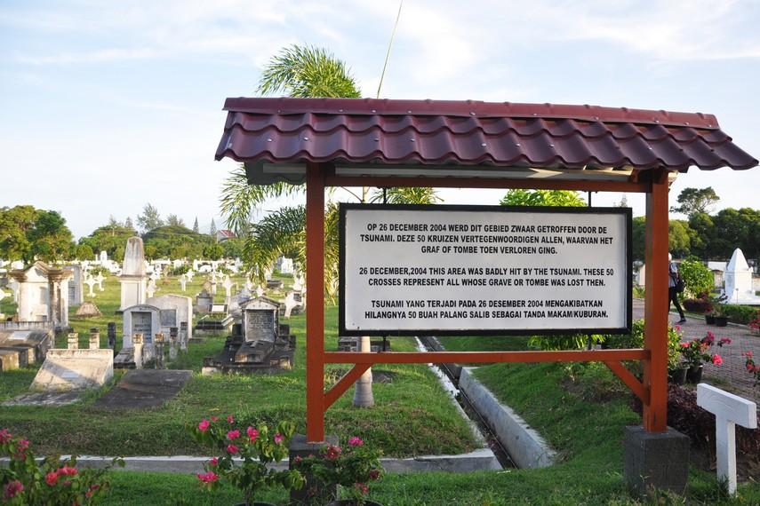 Saat Tsunami sebagian makam di Kerkhof Peutjoet hilang dan sebagian nisan mengalami kerusakan