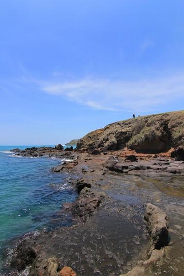 Saat air surut, bebatuan karang di Pantai Tanjung Aan memperlihatkan kecantikannya