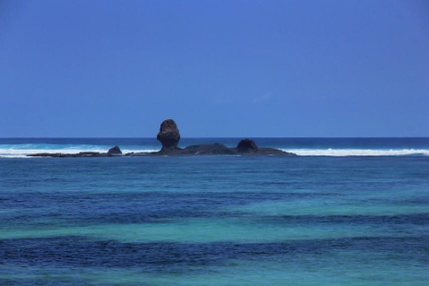 Saat air surut, bisa terlihat karang-karang bermunculan di tengah laut