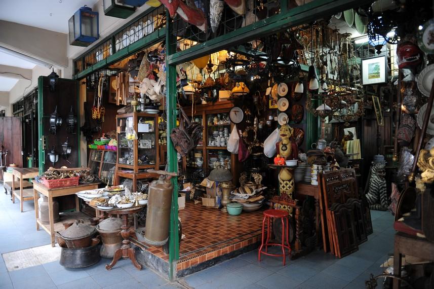 Saat ini, banyak kios di Pasar Triwindu yang telah diwariskan di dalam keluarga sejauh tiga generasi