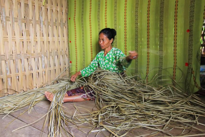 Saat musim hujan, para wanita di Desa Tepal sering menghabiskan waktu dengan beranyam