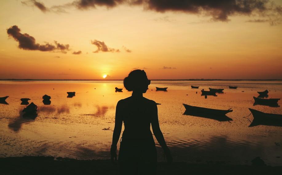 Saat sorepun pengunjung dapat menyaksikan matahari tenggelam yang menambah keindahan Pantai Nembrala