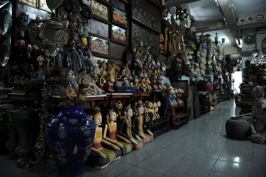 Saat zaman penjajahan Jepang, banyak bangsawan Solo yang menjual koleksi benda seni dan barang antiknya disini